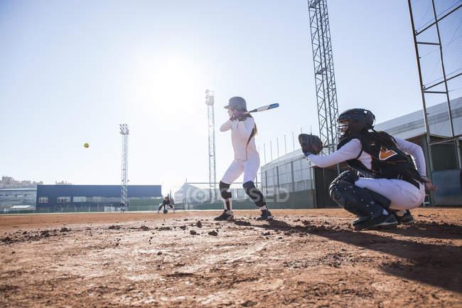 Жіночий тісто подача м'яча під час гри бейсбол — стокове фото