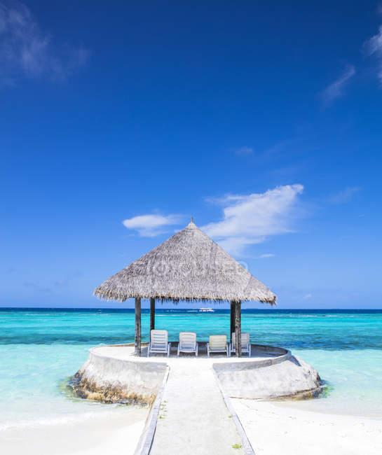 Maledives, Південний Мале Атолл, шезлонгами, під парасольку на піщаний пляж — стокове фото