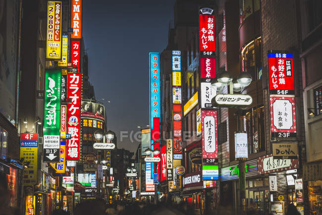 Japan, Tokio, Shibuja, view of busy street at night, downtown — Stock Photo