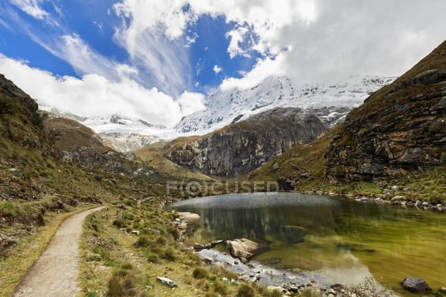 Estrada do Parque Nacional Huascaran Peru, Andes, com a vista do Lago de montanha — Fotografia de Stock