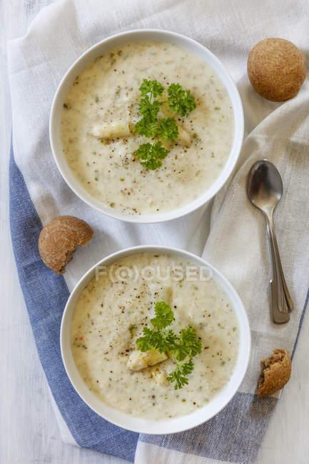 Вид зверху спаржа суп з кучеряве петрушка і хліб — стокове фото