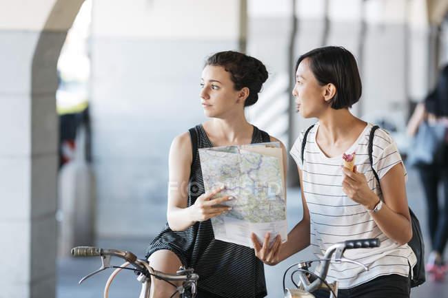 Італія, два юних туристів з велосипеди і мапі — стокове фото