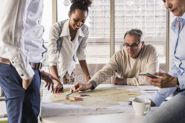 Portrait of business colleagues discussing project — Stock Photo