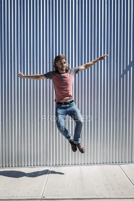 Retrato de homem adulto médio no salto na rua — Fotografia de Stock