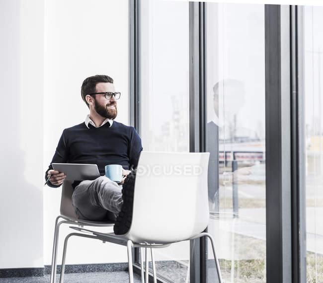 Портрет Молодий підприємець, за допомогою планшетного ПК, вікна — стокове фото