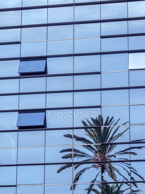 Facciata in vetro del moderno edificio durante il giorno — Foto stock