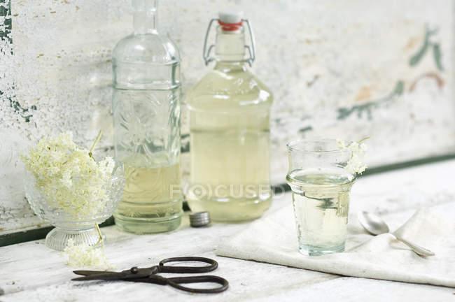 Стеклянные бутылки сиропа из бузины и бузины — стоковое фото