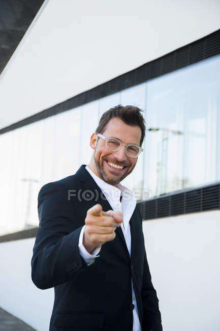 Porträt von zuversichtlich Geschäftsmann im Freien mit Finger zeigen — Stockfoto