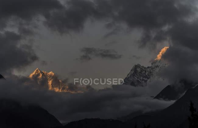Nepal, Himalaya, Khumbu, Everest Ama Dablam sotto le nuvole — Foto stock