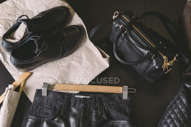 Schwarzes Lederbekleidung auf dunklem Hintergrund — Stockfoto