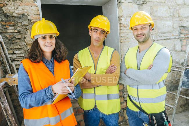Група працівників будівництва постановки на камеру. — стокове фото