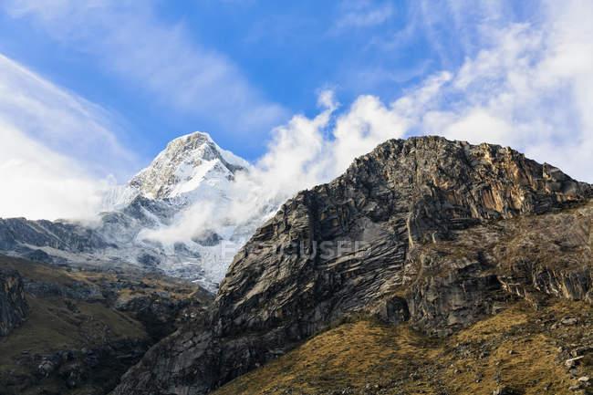 Peru, Andes, Parque Nacional Huascaran, vista pitorescas montanhas e neve tampado pico — Fotografia de Stock