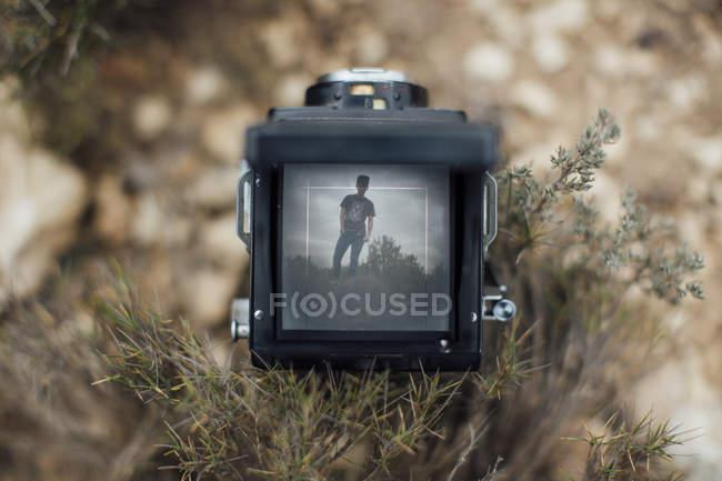 Imagem de um jovem em exibição de uma câmera — Fotografia de Stock