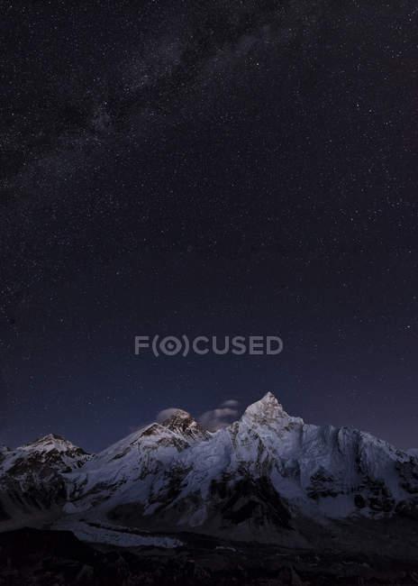 Blick auf den Berg in der Nacht — Stockfoto