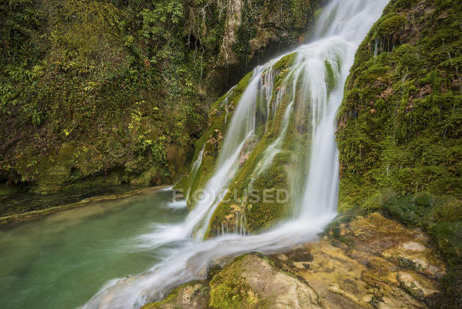 Nature landscape of a beautiful silky waterfall in Orbaneja del Castillo, Burgos, Spain — Stock Photo