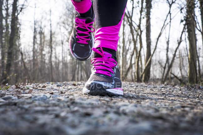 Крупний план проведення жінка ноги з бігунів — стокове фото
