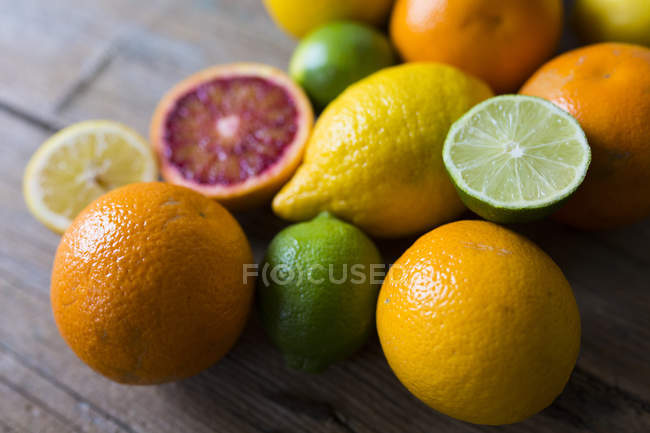 Closeup view of whole and sliced citrus fruits — Stock Photo