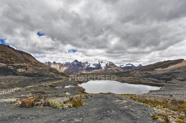 Peru, pitorescas montanhas dos Andes, Parque Nacional Huascaran, paisagem com lago sob céu mal-humorado — Fotografia de Stock
