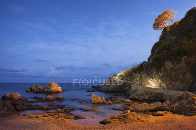 Sea shore with cliff at twilight, Spain, Catalonia, Lloret de Mar, Costa Brava — Stock Photo