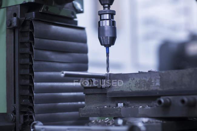 Prensa de taladro en una fábrica en interiores - foto de stock