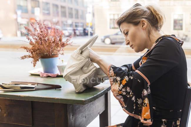 Porträt von Mitte Erwachsene Frau Suche in Umhängetasche — Stockfoto