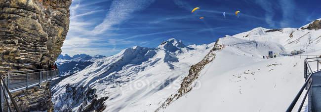 Paesaggio montano invernale con stazione sciistica — Foto stock
