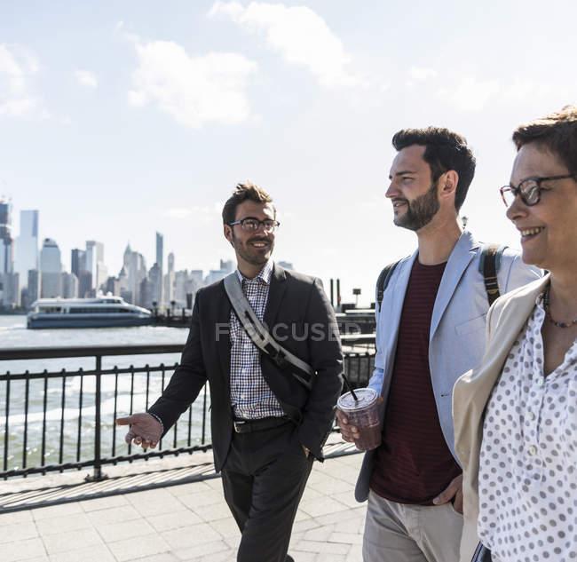 США, колег, ходьба в Нью-Джерсі, набережній з видом на Манхеттені — стокове фото