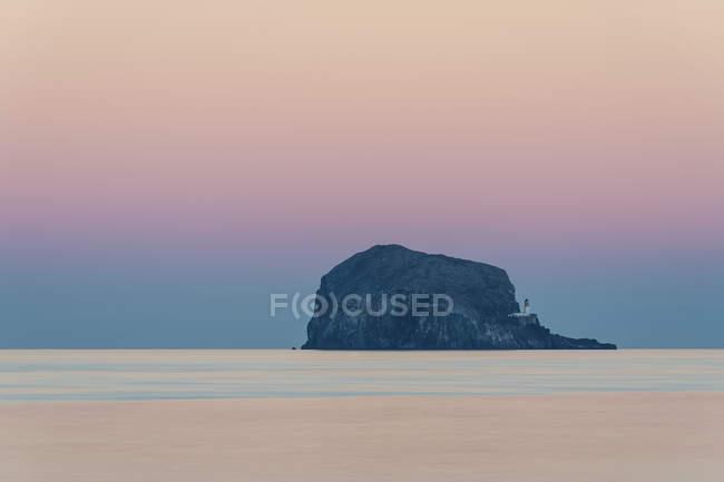 Coucher du soleil, phare de Bass Rock, Firth of Forth, mer du Nord, East Lothian, Ecosse, Royaume-Uni — Photo de stock