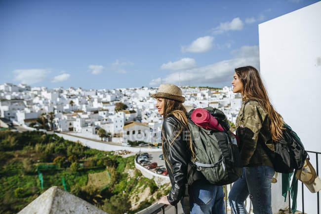 Mulheres jovens olhando para a paisagem na Andaluzia — Fotografia de Stock