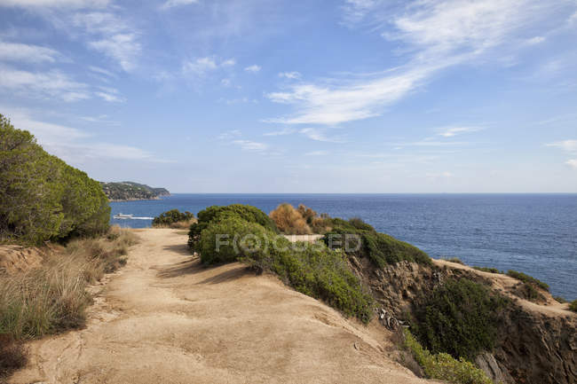 Spain, Catalonia, Lloret de Mar, Costa Brava, footpath on a cliff top at Mediterranean Sea — Stock Photo