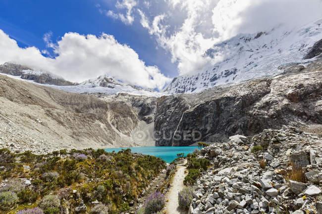 Sud America, Perù, Ande, montagne panoramiche del Parco Nazionale Huascaran, Cordillera Blanca, paesaggio con vista sul lago turchese — Foto stock