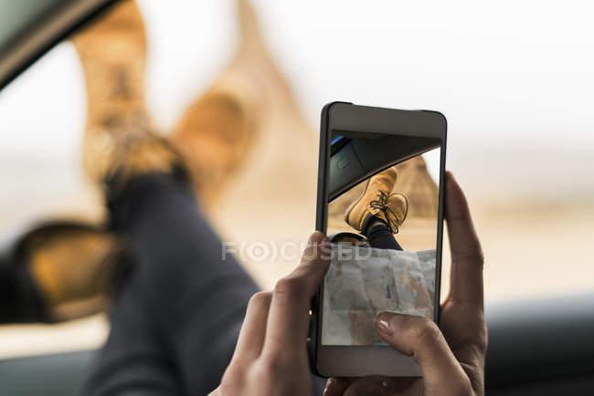 Женщины принимая selfie ног — стоковое фото