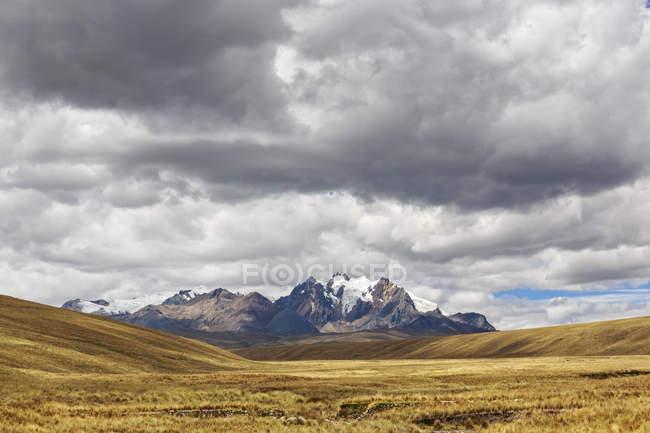 Національний парк Уаскаран Перу, Анд. Кордильєра-Бланка, мальовничий краєвид під moody небо з гори на тлі — стокове фото