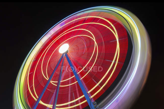 Photo de belle exposition longue d'une grande roue tournante, couleurs vives — Photo de stock