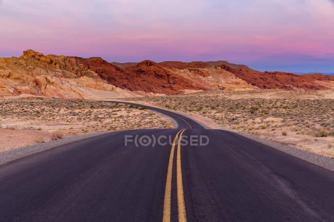 США, Невада, Долина огня State Park, живописной дороге в сумерках — стоковое фото