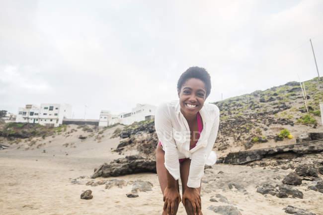 Portrait de jeune femme heureuse sur la plage — Photo de stock