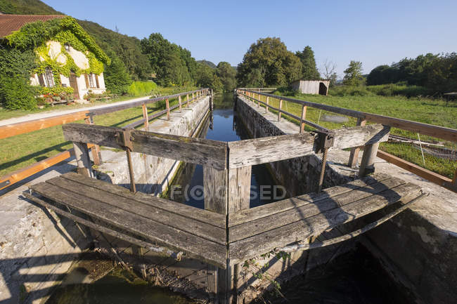 Germany, Bavaria, lock house and sluice at Ludwig Canal near Dietfurt — Stock Photo