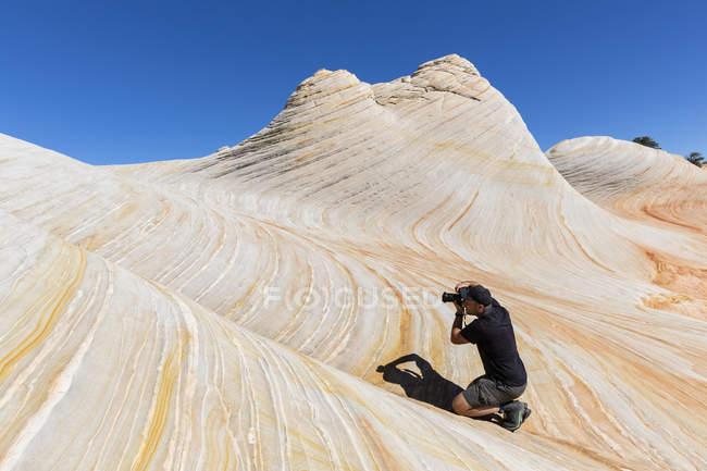 США, Юта, Ханаан Маунтин, Хилдейл, поход к Белым куполом и Водному Каньону, человек фотографирует цветные песчаники — стоковое фото