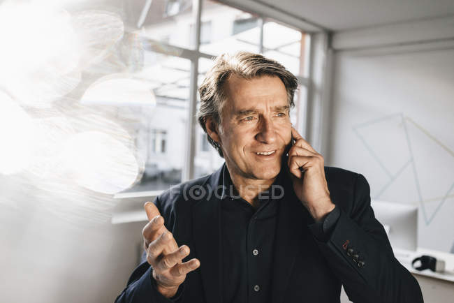 Mature businessman talking on cell phone — Stock Photo