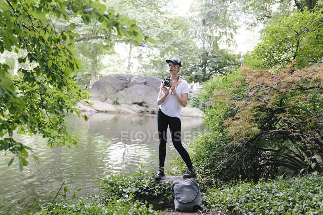 Молода жінка з vintage камери в центральному парку, Манхеттен, Нью-Йорк нас — стокове фото