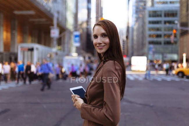 Junge Geschäftsfrau mit Smartphone in der City Street, Manhattan, New York City, uns — Stockfoto