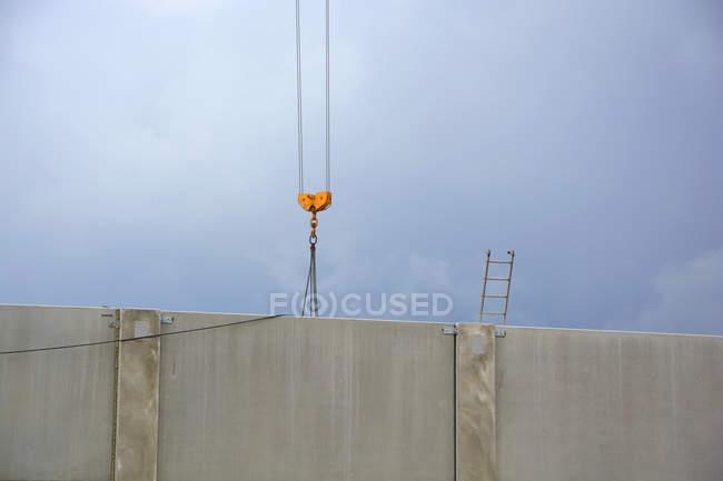 Grue et échelle derrière un mur de béton, dornach — Photo de stock