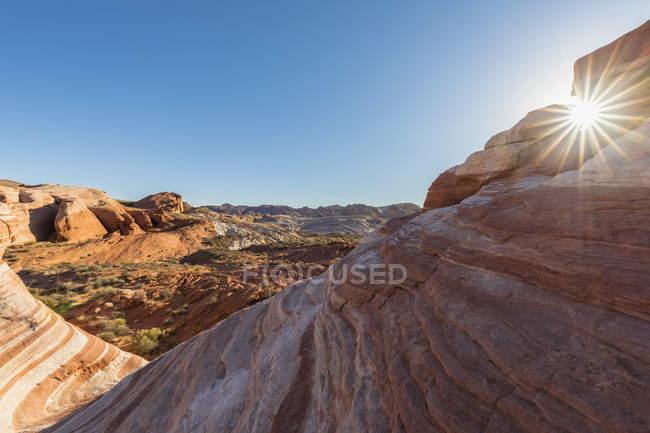 USA, Nevada, Valley of Fire State Park, arenaria e rocce calcaree dell'Onda di Fuoco in controluce — Foto stock