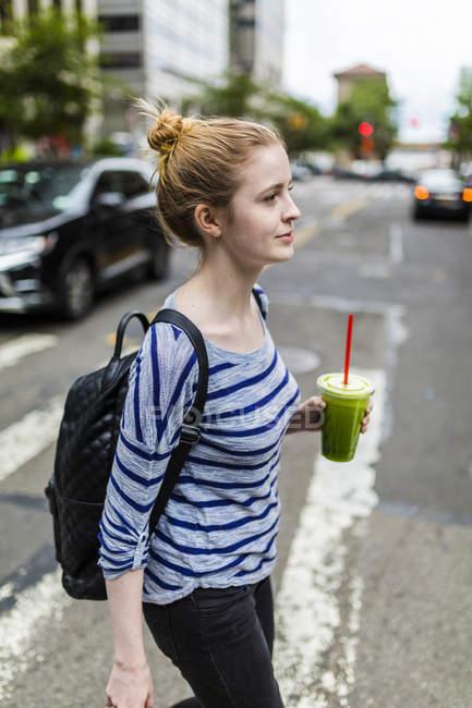 Портрет молодой женщины, ходить на улице — стоковое фото