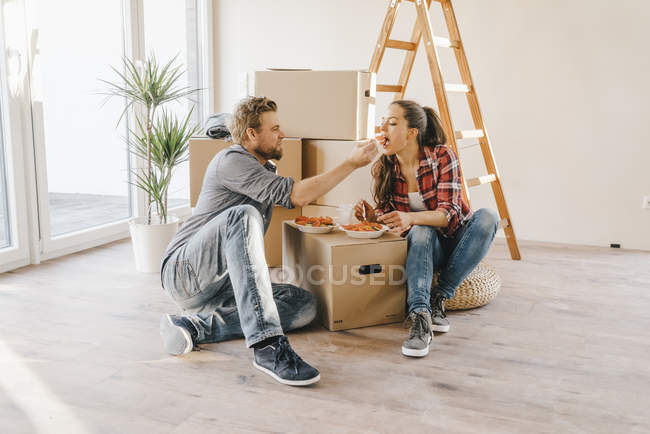 Пара салат на полу в новом доме — стоковое фото