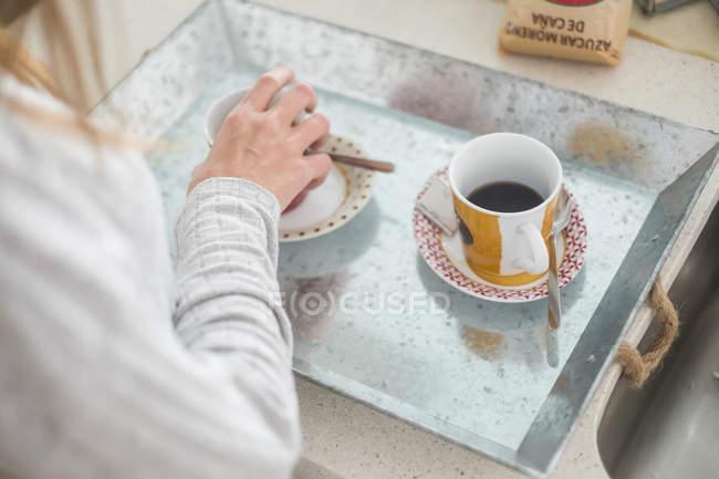Coupe de femme prise de café de trayac — Photo de stock