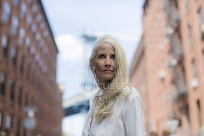 Портрет серьезные старшие женщины глядя — стоковое фото