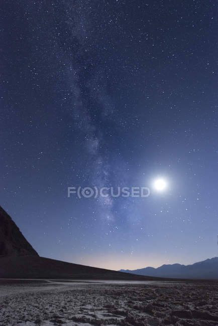 Stati Uniti, California, Death Valley, Via Lattea e Luna sopra Badwater Basin — Foto stock