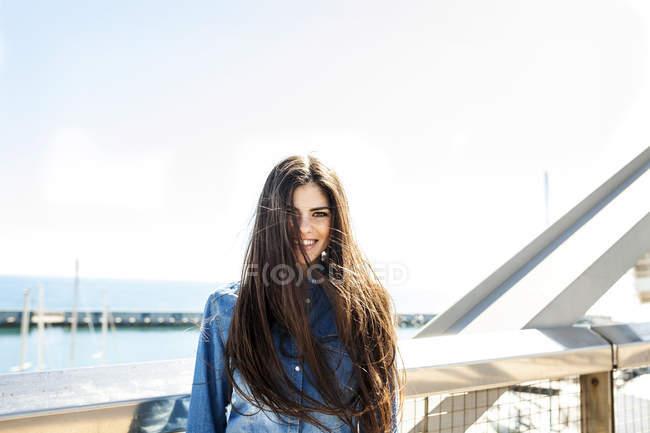 Donna in piedi sul ponte — Foto stock