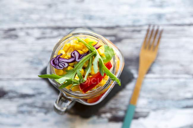 Glas Regenbogensalat mit Bulgur — Stockfoto